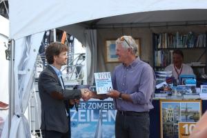 Jan-Willem Polman reikt het boek uit aan Roy Heiner